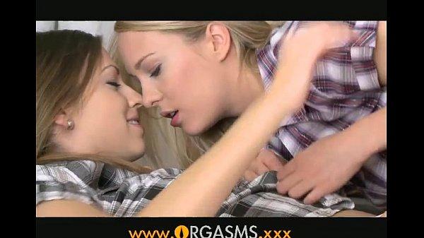 Disfruta de un delicioso orgasmo sof con dos jovencitas porno